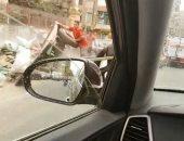 سائق كاروا يلقى مخلفات البناء بالشارع