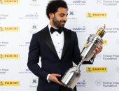محمد صلاح مع جائزة أفضل لاعب فى الدوري الانجليزي