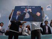 مواطنون يحملون صور زعيما الكوريتين