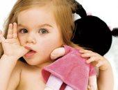 وضع الطفل أصابعه في فمه له اضرار-صورة أرشيفية