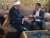 الزميل اسماعيل رفعت مع الشيخ جابر طايع المتحدث باسم الاوقاف