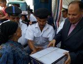 مدير أمن الجيزة أثناء تقديمه الهدايا للمواطنين
