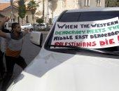 شاب فلسطيني يقذف الوفد الأمريكى بالبيض