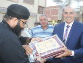 كاهن كنيسة القراقرة بالشرقية يشارك الأهالي أفتتاح مسجد