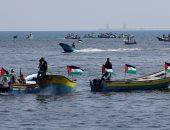 فلسطينيون يبحرون بشواطئ غزة