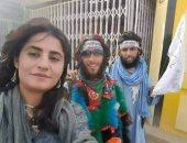 امرأة غير محجبة مع عناصر طالبان