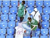 سعوديون ينظفون مدرجاتهم
