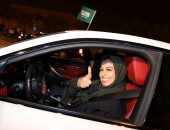 سيدة سعودية تحتفل بقيادة سيارتها
