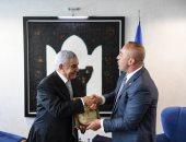 رئيس وزراء كوسوفو يهدى زاهى حواس شعار الدولة