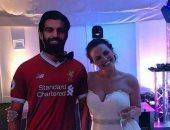 فتاة بفستان الزفاف مع صورة محمد صلاح