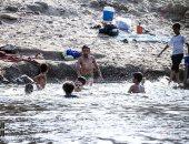 مواطنون يهربون من الطقس الحار بالاستحمام فى مياه النيل