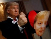 شخص يمثل صورة ترامب ويلكم ميركل