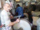 أحد الجزارين يباشر مهام عمله