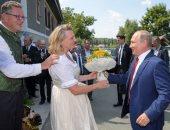 الرئيس الروسى فلاديمير بوتين يهدى وزيرة خارجية النمسا بوكية ورد