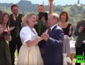 الرئيس الروسى فلاديمير بوتين يرقص مع وزيرة خارجية النمسا