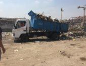 سيارة النظافة تلقى القمامة