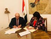 وزيرة الثقافة مع اسماعيل عبد الله امين عام الهيئة العربية للمسرح