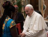 البابا فرنسيس يصافح سيدة من ذوى الأصول الأفريقية