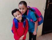 الاطفال يشاركون باول يوم مدرسة