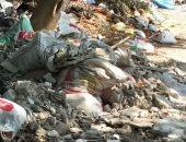 القمامة ومخلفات البناء بأحد شوارع المعادى