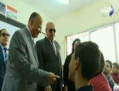 محافظ القاهرة يداعب الطلاب فى اول يوم دراسى