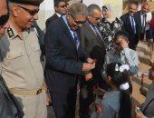 اللواء قاسم حسين محافظ المنيا خلال الجولة