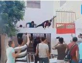 تلاميذ يهربون من أعلى سور المدرسة