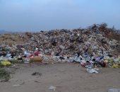 أكوام من القمامة بقطعة أرض فضاء
