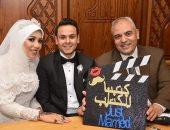 مأذون السعادة أشرف موسى مع عروسين