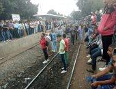 تكدس طلاب جامعة الزقازيق على قضبان السكة الحديد