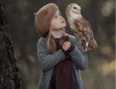 صورة لطفلة مع طائر