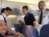 طاقم رحلة مصر للطيران يحتفل بعيد ميلاد راكب علي الطائرة