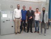 الدكتور محمد عبد الغنى سلام مع الطلاب وعميد الكلية