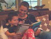 طفل يقرأ مع والدته