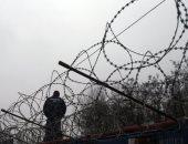السلك الشائك لمنع المهاجرين من العبور