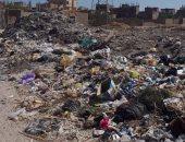 تراكم أكوام القمامة وسط المنازل فى قرية النواهض بقنا