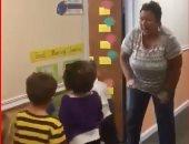 معلمة تعتمد على أسلوب جديد لاستقبال تلاميذها