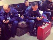 رجال خلال التسوق