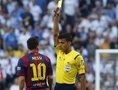 مانثانو خلال إشهار البطاقة الصفراء فى وجه ميسي