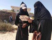 الرائدات الريفيات أثناء توعية السيدات بالحملة