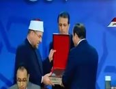 وزير الأوقاف يهدى الرئيس السيسى كتابين من أحدث إصدارات الوزارة فى مسار التجديد