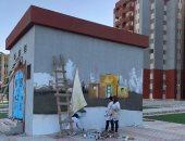 الطلاب خلال رسم الجدران