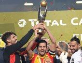 خليل شمام قائد الترجي يرفع كأس دوري أبطال أفريقيا
