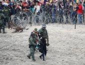 القوات الأمريكية تعتقل متظاهرة على الحدود مع المكسيك