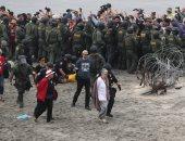 اعتقال مئات المهاجرين