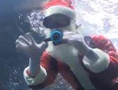 سانتا كلوز يسبح فى حوض أسماك احتفالاً بأعياد الميلاد