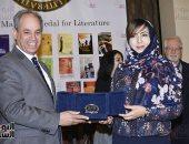 الكاتبة السعودية اميمة الخميس خلال حصولها على جائزة نجيب محفوظ