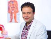 """الدكتور عمرو بيومى رئيس قسم الجذور فى مركز """"شاينى وايت"""""""