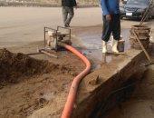 عمال شركة مياه الشرب والصرف الصحي بالجيزة أثناء الاصلاحات