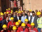 وزير البترول مع عمال شركة الغاز الطبيعى